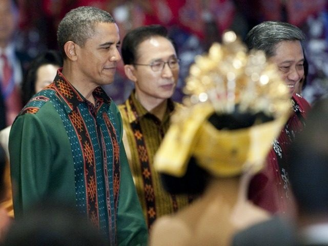 US President Barack Obama (C) wearing traditional Indonesian attire attends the gala dinner during the Association of Southeast Asian Nations (ASEAN) Summit and East Asia Summit in Nusa Dua on Indonesia's resort island of Bali on November 18, 2011.