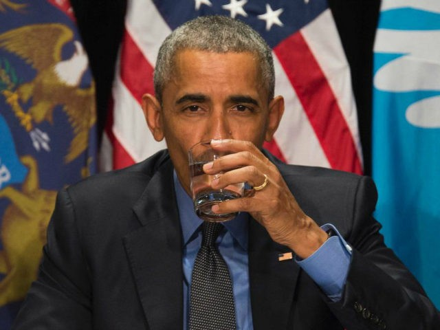 US President Barack Obama drinks filtered water during a meeting at the Food Bank of Eastern Michigan in Flint, Michigan, May 4, 2016. / AFP / Jim Watson (Photo credit should read JIM WATSON/AFP/Getty Images)