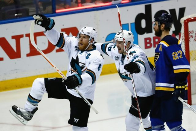 A Joe Pavelski (L) strike 16 seconds into the final period handed the San Jose Sharks a 4-3 lead