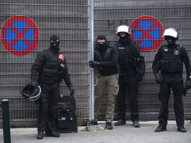 7782437728_des-policiers-en-intervention-a-molenbeek-le-18-mars-2016