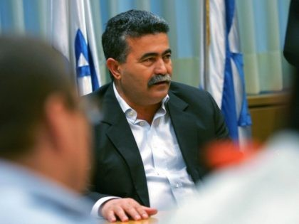 Outgoing Israeli Defense Minister Amir Peretz (C) attends a briefing on the current security situation with the General Staff of the Israeli Army in Tel Aviv, 17 June 2007.
