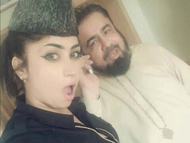 Pakistan: Mufti Demoted for Taking Selfie with Social Media Celebrity