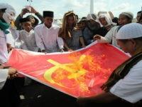 Massa dari Front Pembela Islam (FPI) dan Front Pancasila membakar kain bersimbol komunis di depan kantor Gubernur Jawa Timur, Surabaya, Jawa Timur, Rabu (1/6). Mereka menolak rekonsiliasi, rehabilitasi dan kompensasi terhadap PKI serta menyerukan bahaya laten komunis. ANTARA FOTO/Didik Suhartono/ama/16