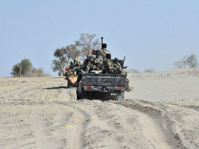 Niger, Bosso : A file picture taken on May 25, 2015 shows Nigerien soldiers patroling near Bosso, Niger. The first of an expected 2,000 troops from regional military powerhouse Chad began arriving in neighbouring Niger on June 8, 2016, where Boko Haram insurgents inflicted heavy losses in the town of Bosso last week, a local security source said. / AFP PHOTO / ISSOUF SANOGO