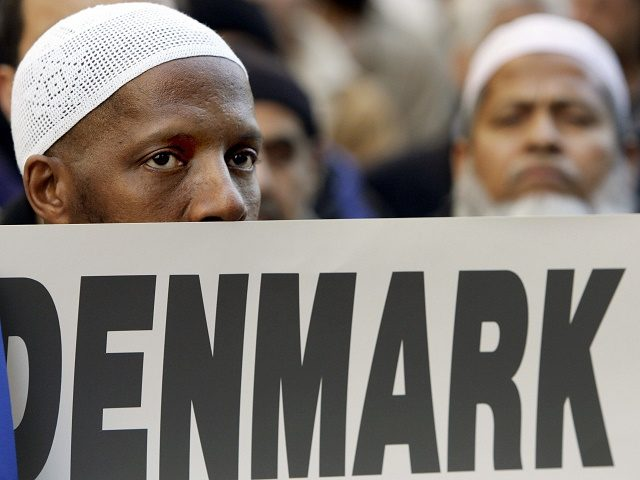 New York, UNITED STATES: Several hundred Muslims from the New York City area hold a protest in front on the Danish Consulate 17 February 2006 against the publication of cartoons depicting Islamic Prophet Muhammad that appeared in newspapers in Denmark. US Secretary of State Condoleezza Rice expressed concern earlier this …