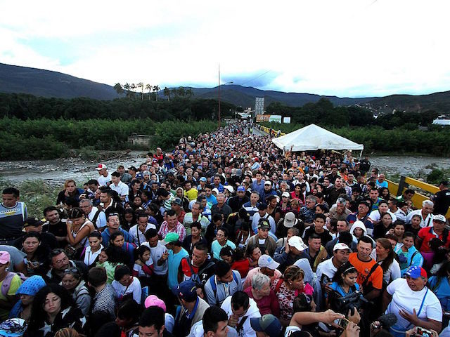 Venezuelans cross the Simon Bolivar bridge linking San Antonio del Tachira, in Venezuela with Cucuta in Colombia, to buy basic supplies on July 17, 2016. Thousands of Venezuelans again poured into the Colombian city of Cucuta on Sunday, profiting from the brief reopening of a long-closed border to buy food …