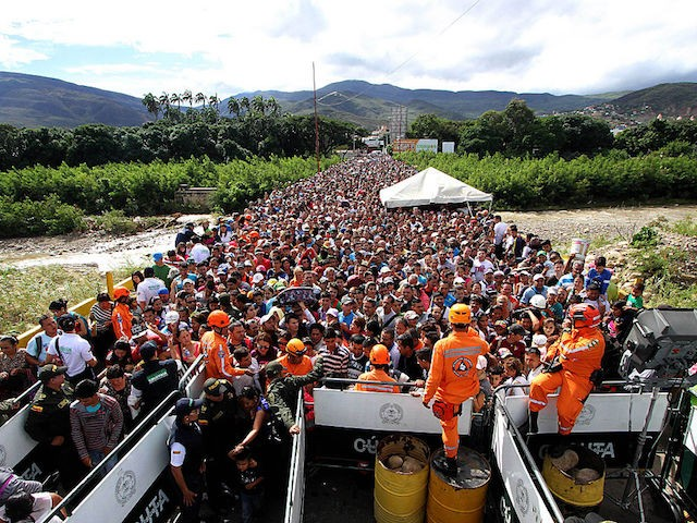 Venezuelans cross the Simon Bolivar bridge linking San Antonio del Tachira, in Venezuela with Cucuta in Colombia, to buy basic supplies on July 17, 2016. Thousands of Venezuelans again poured into the Colombian city of Cucuta on Sunday, profiting from the brief reopening of a long-closed border to buy food and medicine. / AFP / GEORGE CASTELLANO (Photo credit should read GEORGE CASTELLANO/AFP/Getty Images)