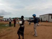 CHINA, Juba : (160712) -- JUBA, July 12, 2016 (Xinhua) -- A UN peacekeeper helps South Sudan civilians settle down at UN house in Juba, South Sudan, July 12, 2016. Tense calm returned to South Sudan's capital after the two leaders called on ceasefire and ordered all commanders to lay …