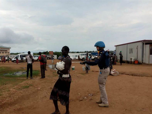 CHINA, Juba : (160712) -- JUBA, July 12, 2016 (Xinhua) -- A UN peacekeeper helps South Sudan civilians settle down at UN house in Juba, South Sudan, July 12, 2016. Tense calm returned to South Sudan's capital after the two leaders called on ceasefire and ordered all commanders to lay down arms and report to their unit bases. (Xinhua)