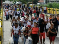 Venezuela, San Antonio del Táchira : Venezuelans carrying groceries cross the Simon Bolivar bridge from Cucuta in Colombia back to San Antonio de Tachira in Venezuela, on July 10, 2016. Thousands of Venezuelans crossed Sunday the border with Colombia to take advantage of its 12-hour opening after it was closed …