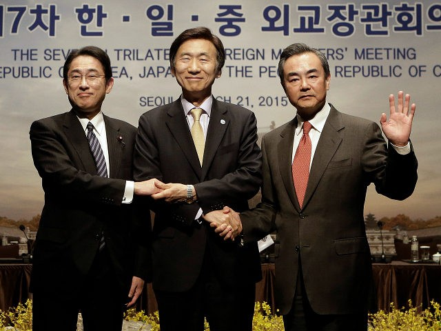 (R-L) Chinese Foreign Minister Wang Yi, South Korean Foreign Minister Yun Byung-se and Japanese Foreign Minister Fumio Kishida meet in Seoul on March 21, 2015 (AFP Photo/Ahn Young-Joon)