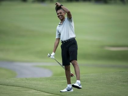 Barack Obama arrives on the 18th hole of the Mid-Pacific Country Club's golf course December 21, 2015 in Kailua, Hawaii. Obama and the First Family are in Hawaii for vacation. / AFP / BRENDAN SMIALOWSKI (Photo credit should read