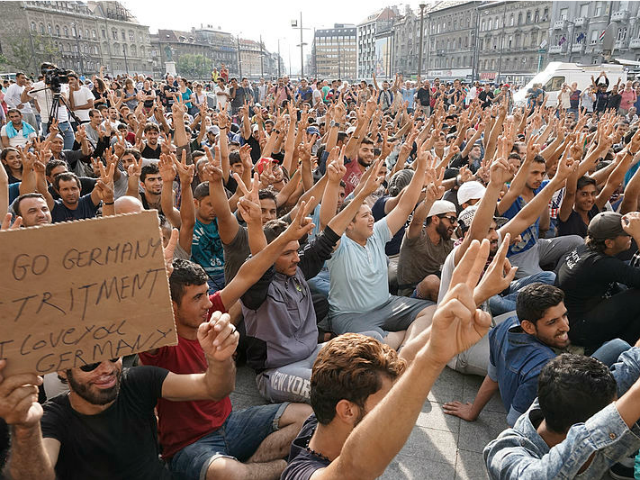 Migrants-protesting-outside-Keleti-railw