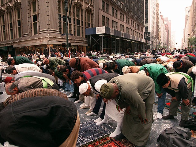 Muslims-Praying-Islamic-Islam-Immigrants-NYC-AP