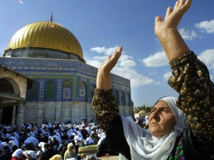 A Palestinian woman joins some 10,000 Palestinians in prayer at Jerusalem's Al-Aqsa mosque complex for their stricken leader Yasser Arafat, 05 November 2004, on the fourth Friday of the Muslim fasting month of Ramadan. Palestinian leader Yasser Arafat appeared close to death at a military clinic outside Paris today, as …