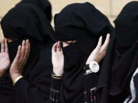 Saudi women praying at Eid al-Adha in Riyadh on November 27, 2009/Stringer