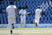 New Zealand bowler Neil Wagner (R) celebrates the dismissal of South African batsman Themba Bavuma (C) during the second day of the second Test in Centurion, South Africa on August 28, 2016