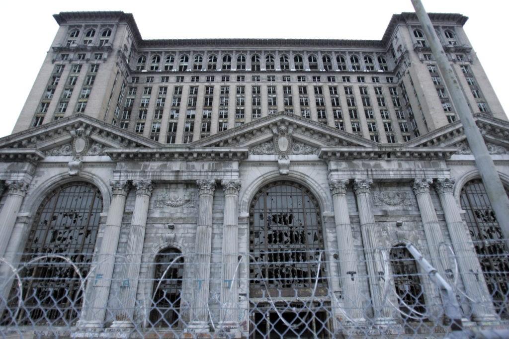 ** TO GO WITH ECO DETROIT ** Less than two miles from downtown Detroit stands the decaying, 18-story Michigan Central railroad station, seen on Thursday, Dec. 11, 2008, unoccupied for 20 years while one developer after another shied way from the cost of restoring its Beaux-Arts glory. (AP Photo/Carlos Osorio)