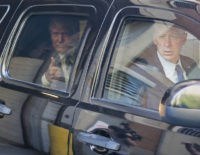 El candidato presidencial republicano Donald Trump deja los estudios tras aparecer en un programa de televisión el miércoles 14 de septiembre de 2016 en Nueva York. (AP Foto/Craig Ruttle)