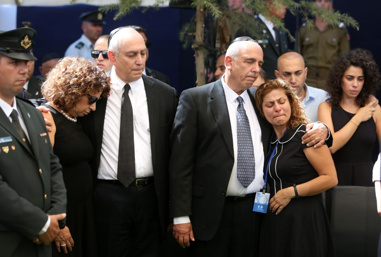Nechemia 'Chemi' (C-L) and Yoni (C-R) Peres, the sons of the former Israeli premier Shimon Peres, mourn with relatives at the Mount Herzl national cemetery during the funeral of their father on September 30, 2016. / AFP / POOL / MENAHEM KAHANA (Photo credit should read MENAHEM KAHANA/AFP/Getty Images)