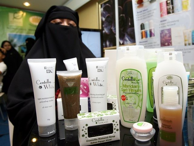"To go with feature story Lifestyle-Malaysia-cosmetics-Islam-halal by Beh Lih Yi This photo taken on 14 April, 2010 shows Muslimah Skincare and Cosmectics Managing Director Famiza Zulkifli (R) posing behind halal cosmetics during an interview with AFP at an exhibition centre in Kuala Lumpur. Entrepreneurs producing ""halal"" cosmetics say the global …"
