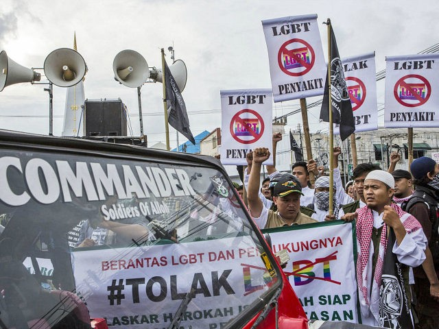 anti-lgbt-activists-indonesia-getty-640x