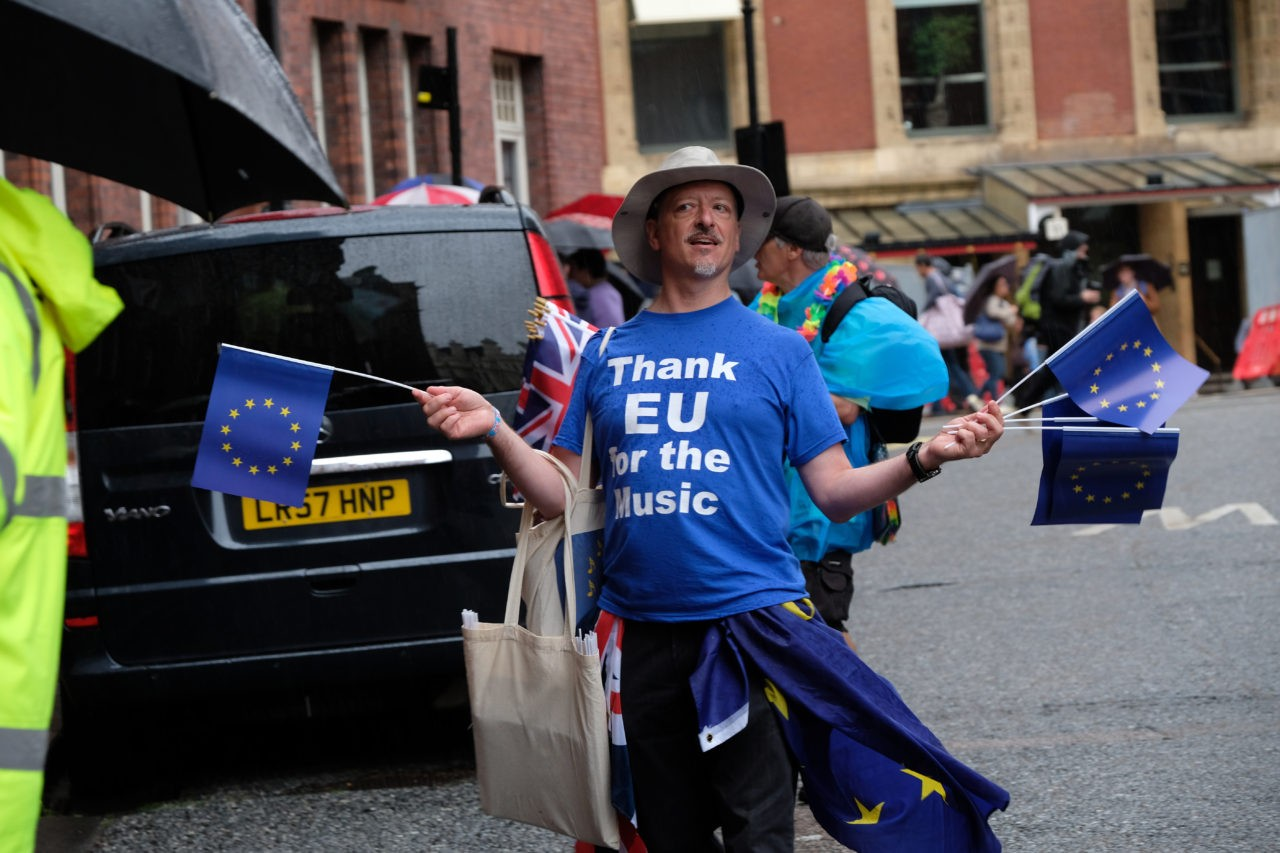 watch leave eu hand out 10 000 british flags at last night of the