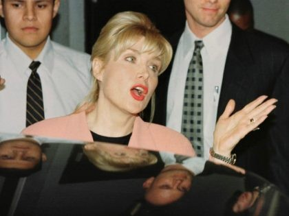 Gennifer Flowers (C) answers reporters' questions following her interview on CNN's Larry King Live show 23 January in Hollywood, CA. According to reports leaked to the press US President Bill Clinton admitted during a deposition in the Paula Jones investigation to having had an affair with Flowers while he was governor of Arkansas. AFP PHOTO Mike NELSON (Photo credit should read MIKE NELSON/AFP/Getty Images)