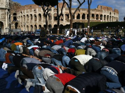 Muslims Stage Massive Protest, Chanting 'Allahu Akbar' Outside Rome's Colosseum