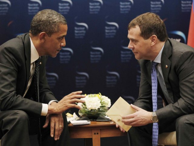 Obama Medvedev (Pablo Martinez Monsivais / Associated Press)