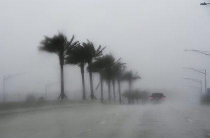 Commuters make their way through heavy rain in Jacksonville, Florida, on October 6, 2016, ahead of Hurricane Matthew