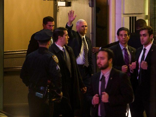 """El vicepresidente electo Mike Pence, al centro, saliendo del teatro donde vio la obra """"Hamilton"""" en Nueva York el 18 de noviembre del 2016. ("""