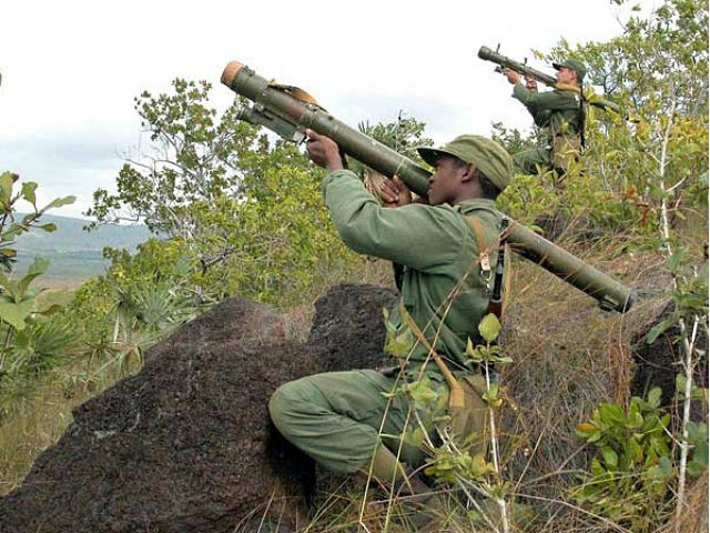 "Cuban soldiers exercise whit their SA-14 Gremlin antiaircraft missile launcher in Camaguey, Cuba, 14 December 2004, during ""Bastion 2004"" (Stronghold 2004) maneuvers which is the biggest military exercises in almost 20 years, with 400,000 reservists joining regular forces. The authorities say that the maneuvers are to deter a US invasion. AFP PHOTO/AIN/Rodolfo BLANCO RODOLFO BLANCO / AFP"