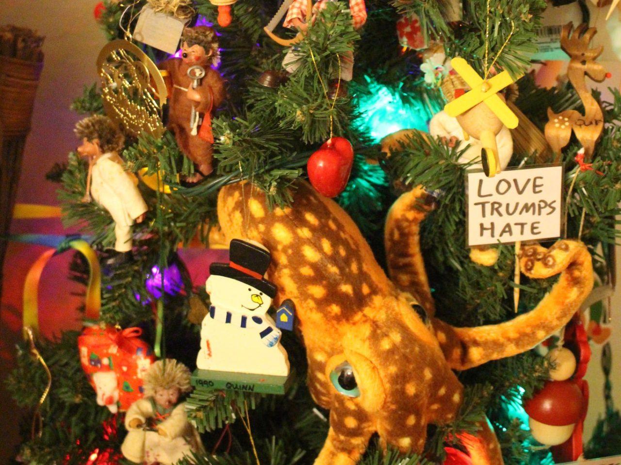 Anti-Trump-Christmas-Tree-Quinn-Dombrowski (Quinn Dombrowski / Flickr / CC / Cropped)