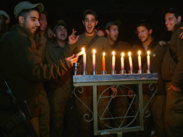 Hanukkah-IDF-Soldiers-12-24-2016 (David Silverman / Getty)