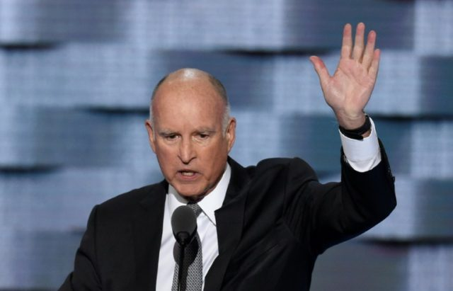 California Governor Jerry Brown has urged US President Barack Obama to ban oil and gas drilling off the state's coast