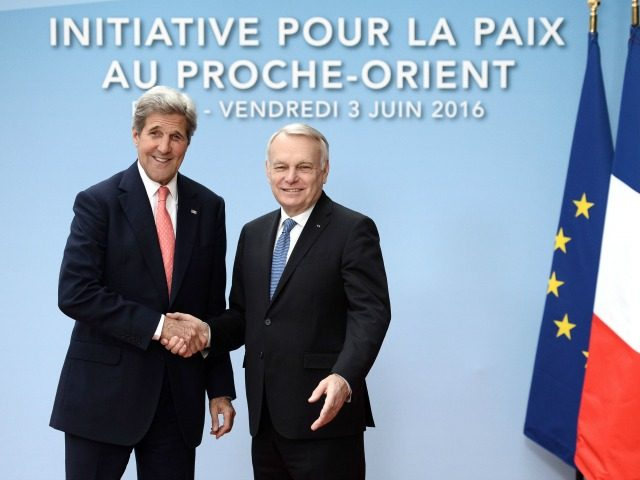 French Foreign minister Jean-Marc Ayrault (R) shakes hands with US Secretary of State John Kerry, Paris Peace Summit. Photo: STEPHANE DE SAKUTIN/AFP/Getty Images