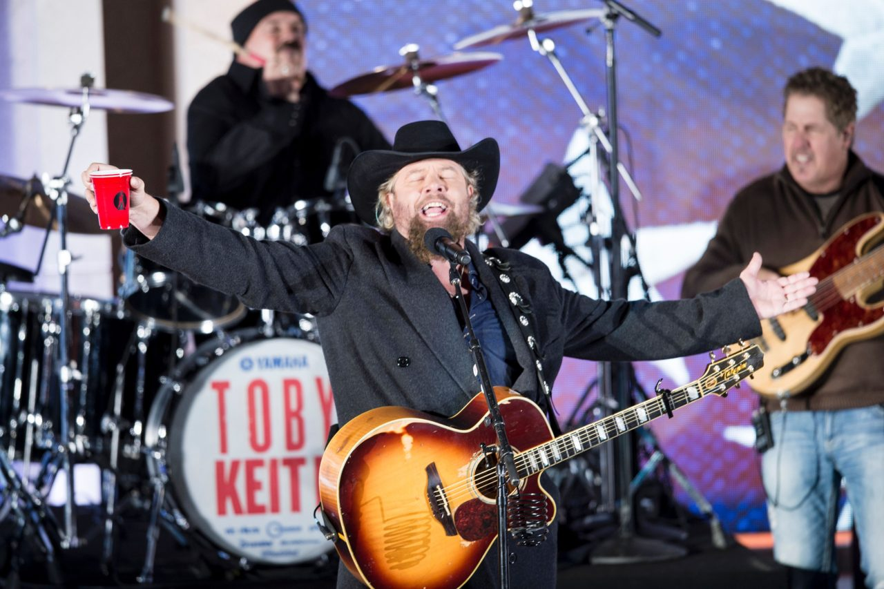 Country singer Toby Keith performs for US President-elect Donald Trump and his family during a welcome celebration at the Lincoln Memorial in Washington, DC, on January 19, 2017. / AFP / Brendan Smialowski (Photo credit should read BRENDAN SMIALOWSKI/AFP/Getty Images)