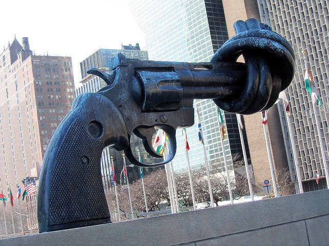 Gun Control Sculpture United Nations (Tomás Fano / Flickr / CC / Cropped)