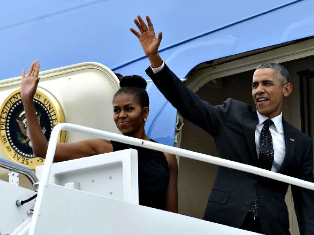 Obamas wave Air Force One