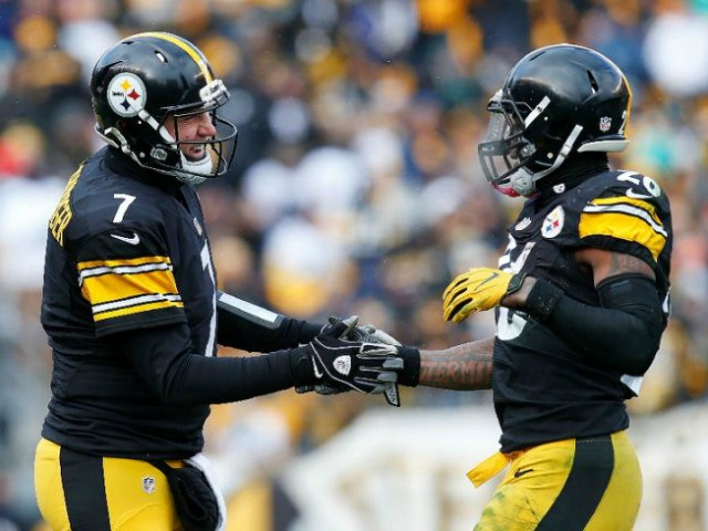 Le'Veon Bell (R) of the Pittsburgh Steelers celebrates with quarterback Ben Roethlisberger after he rushed for a touchdown against the Miami Dolphins on January 8, 2017