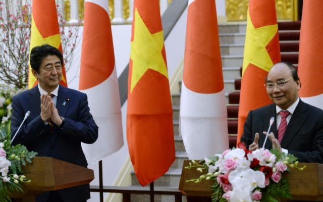Vietnam's Prime Minister Nguyen Xuan Phuc (right) and his Japanese counterpart Shinzo Abe at a joint press briefing in Hanoi on January 16, 2017