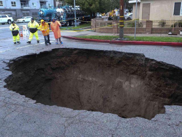 Sinkhole Los Angeles (Ringo H.W. Chiu / Associated Press)
