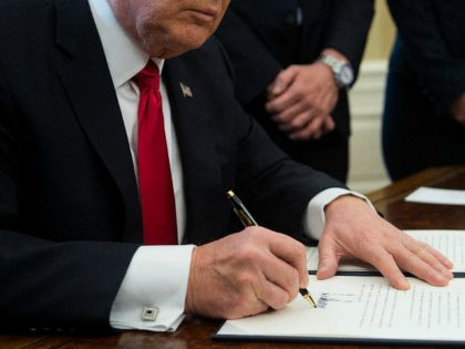 US President Donald Trump signs an executive order with small business leaders in the Oval Office at the White House in Washington, DC on January 30, 2017. / AFP / NICHOLAS KAMM (Photo credit should read NICHOLAS KAMM/AFP/Getty Images)