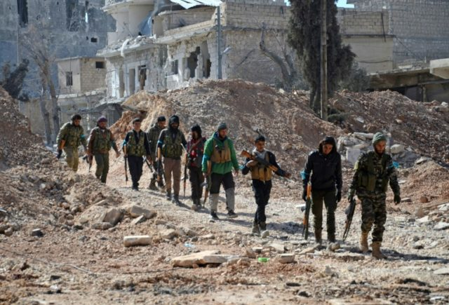 Rebel fighters, part of the Turkey-backed Euphrates Shield alliance, advance on February 20, 2017, towards the city of Al-Bab, some 30 kilometres from the Syrian city of Aleppo