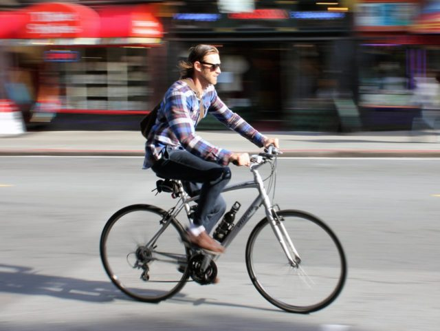 San Francisco cyclist (Carlos ZGZ / Flickr / CC / Cropped)