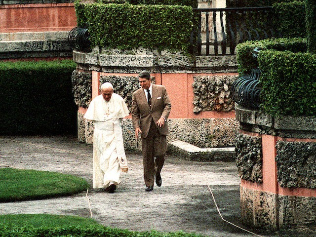 Pope John Paul II and U.S. President Ronald Reagan stroll through the gardens at Vizcaya, a local museum, after holding private meetings, 10 September 1987 in Miami. AFP PHOTO MIKE SARGENT (Photo credit should read MIKE SARGENT/AFP/Getty Images)