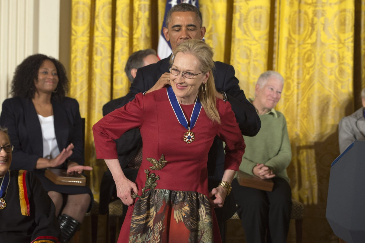 Meryl Streep has a handbag with Michelle and Barack Obama's faces on it foto
