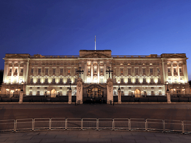 woman arrested scaling fence at buckingham palace breitbart. Black Bedroom Furniture Sets. Home Design Ideas