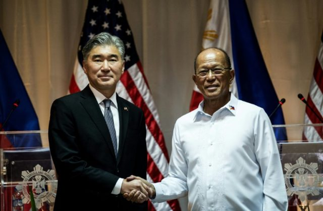 US ambassador Sung Kim (L) shake hand with Philippine Defense Secretary Delfin Lorenzana after a press conference about the exercise